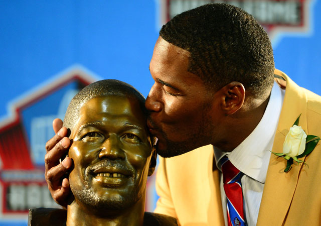 Michael Strahan's Hall of Fame Bust features a big smile and his infamous gap.