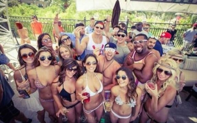 This is what a Johnny Manziel and Rob Gronkowski picture looks like in Las Vegas. (Barstool Sports)