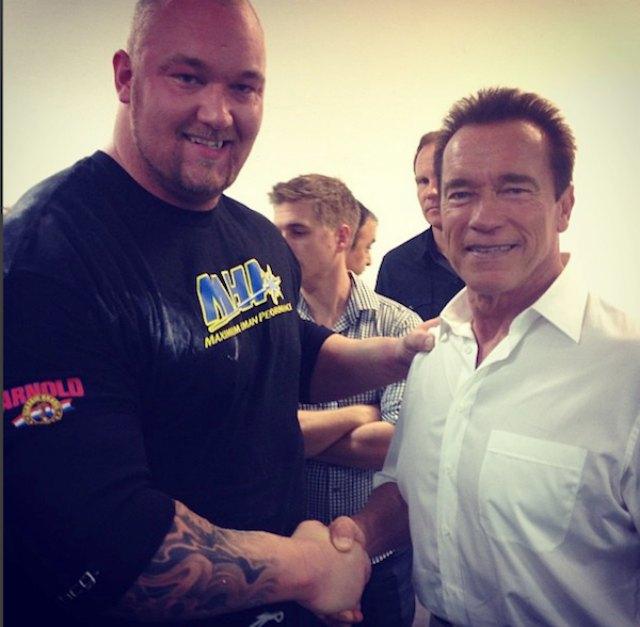 Bjornsson next to Arnold. (Instagram/ thorbjornsson)