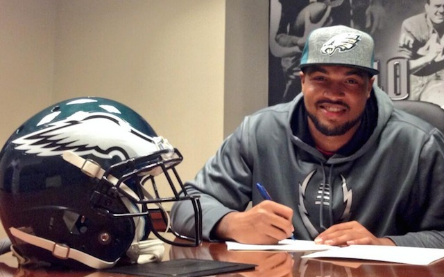 Marcus Smith is officially under contract in Philadelphia. (Twitter/@Eagles)