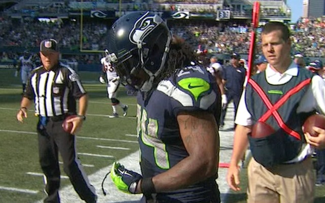 Marshawn Lynch S Dreadlock Gets Ripped Out He Casually Picks It Up Cbssports Com