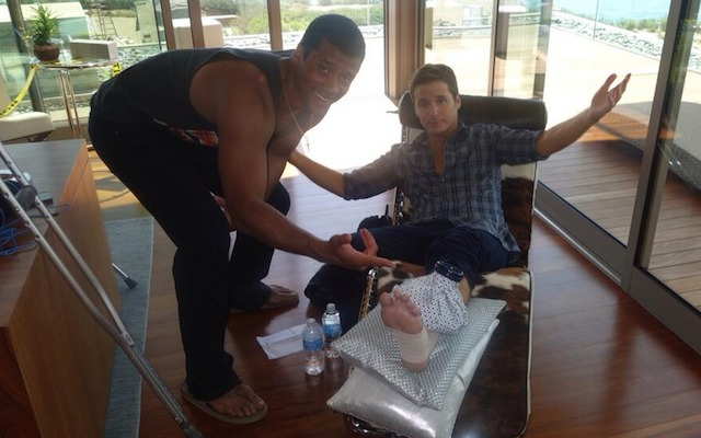 Russell Wilson helps actor Kevin Connolly cope with his broken leg. (Twitter/@MrKevinConnolly)