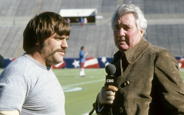 Summerall interviews former 49ers linebacker Jack Reynolds. (Getty Images)