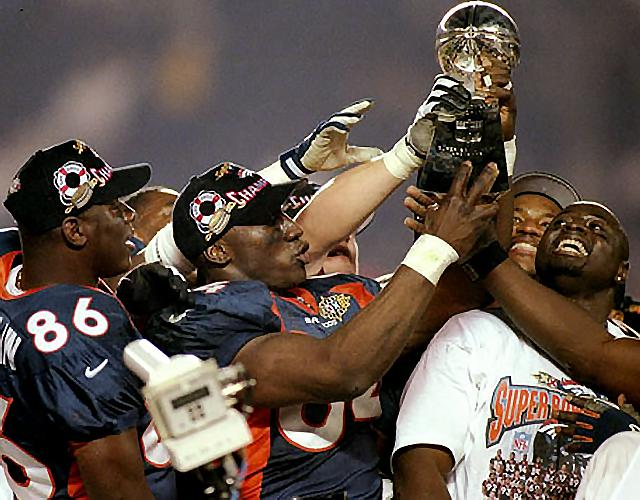 Shannon Sharpe hoists the Lombardi Trophy after the Broncos defeated the Packers. (USATSI)