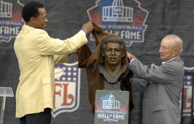 William Clay Ford helped unveil Charlie Sanders' Hall of Fame bust in 2007. (USATSI)