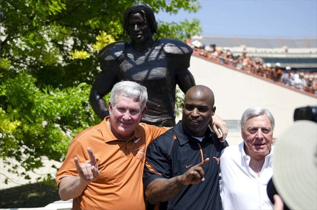 Joe Jamail (right) is pictured with Mack Brown and Ricky Williams before the 2012 Texas spring game. (USATSI)