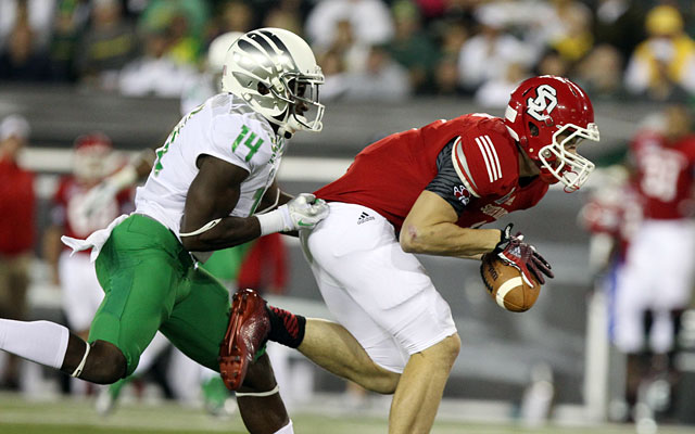 South Dakota's Riley Donovan tried to catch the ball while Ifo Ekpre-Olomu defends. (USATSI)