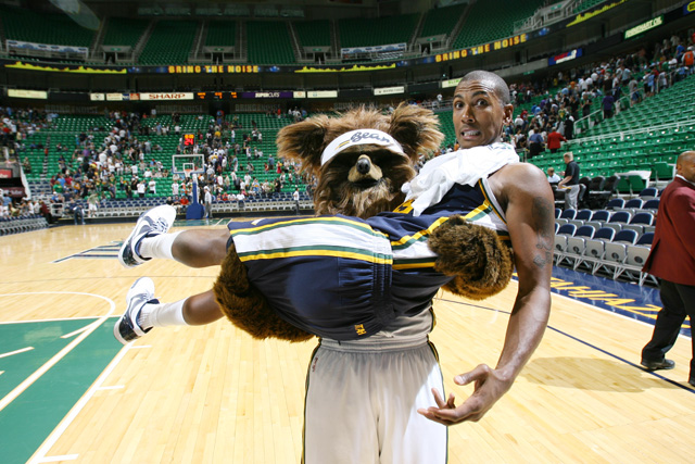 http://sports.cbsimg.net/images/nba/photogallery/jazzmascot.jpg