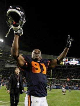 Chicago pulled out a victory to get to 3-0 on the season. Chicago WR R. Davis celebrates after the game (AP).
