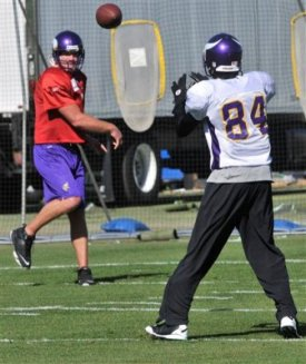 B. Favre throws to R. Moss in Minnesota's practice today (AP).