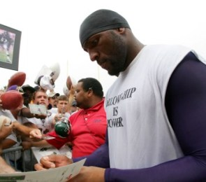 R. Lewis signing autographs at Baltimore's training camp (Getty).