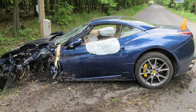Jakub Voracek's car shows the result of an accident Wednesday morning. (sport.cz)