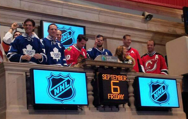 The players overlook the trading floor at the NYSE. (@MapleLeafs)