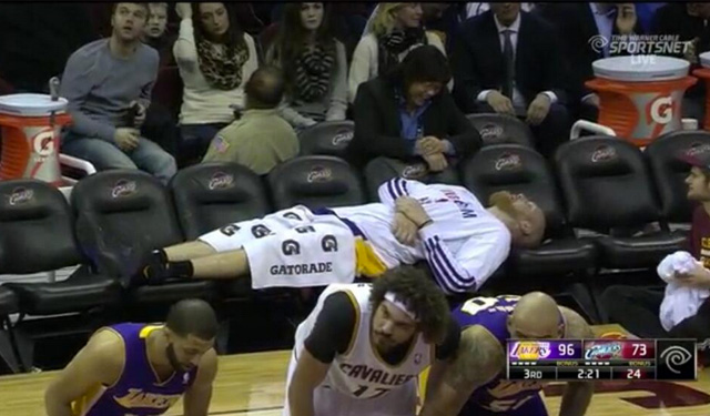 Kaman had plenty of room to stretch out in this Lakers' victory. (USATSI)