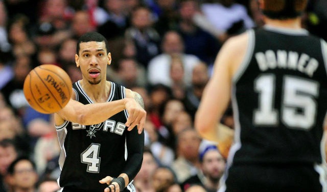 Danny Green passes to longtime teammate Matt Bonner.  (USATSI)