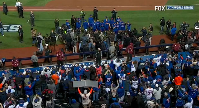 World Series 2015: Watch Mets come out of clubhouse to salute fans