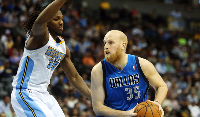 Kaman could be a decent stopgap for the Lakers as they regroup for the future. (USATSI)