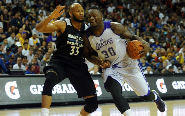 Julius Randle muscles his way to the basket.