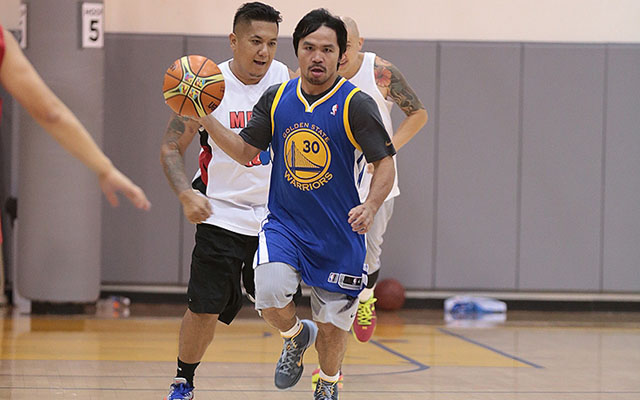 Manny Pacquiao hangs out, works out with the Warriors - CBSSports.com