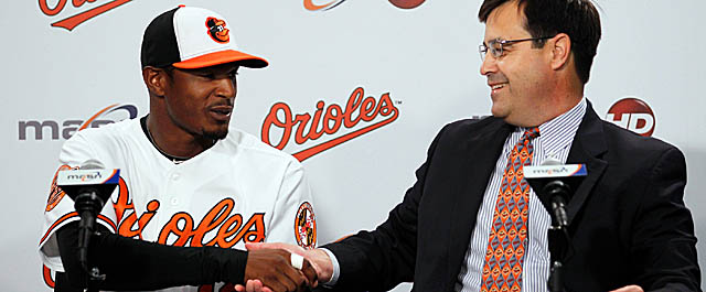 Jones finalizes his new contract with Orioles VP of baseball operations Dan Duquette. (AP)