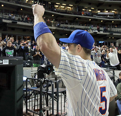 Third baseman David Wright salutes the fans after he breaks the Mets' career hits record of 1,419. (Getty Images)