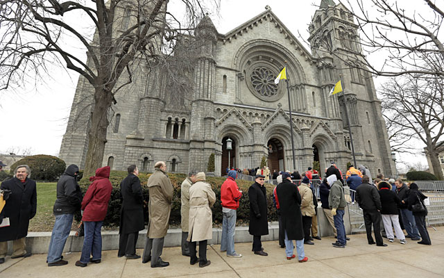 Mourners line up outside the Cathedral Basilica for Stan Musial's public visitation. (AP)