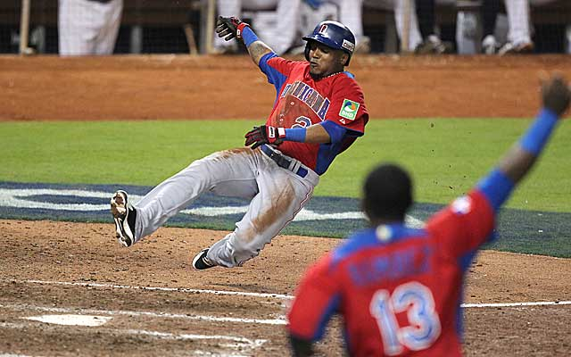 Erick Aybar scores on Jose Reyes' single in the ninth inning of the Dominican Republic's victory. (Getty Images)