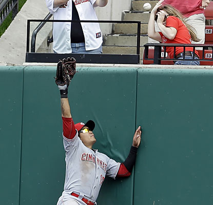Shin-Soo Choo comes up short while a Cardinals fan ducks out of the way of Matt Carpenter's sixth-inning home run.  (AP)