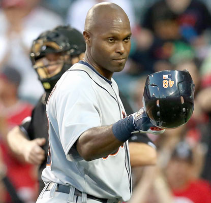 Torii Hunter tips his cap to Angels fans in his first game back since signing with the Tigers in the offseason.  (Getty Images)