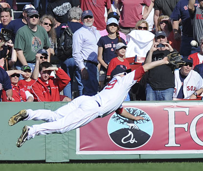 Daniel Nava gets full extension as he dives to make the game-ending catch in right field.  (USATSI)