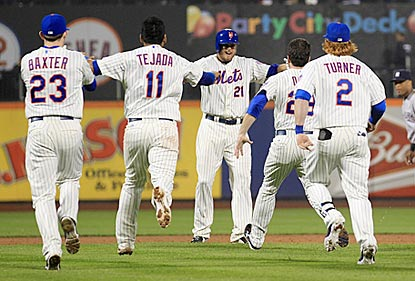 Lucas Duda's teammates rush out to congratulate him after he delivers a walk-off single off Mariano Rivera.  (USATSI)