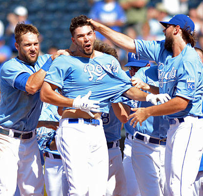 Eric Hosmer (middle) drives in the winning run in the 10th inning to help the Royals secure an impressive comeback win. (USATSI)