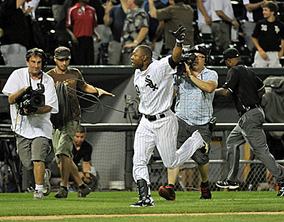 Alejandro De Aza celebrates his triple to beat the Yankees in the 12th after Mariano Rivera blows a save chance in the ninth. (USATSI)