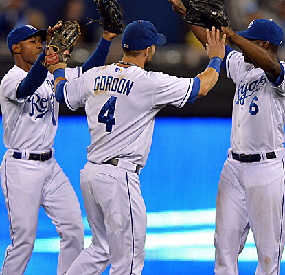 The Royals open a huge three-game set by beating the Rangers on a bases-loaded walk in the eighth.  (USATSI)