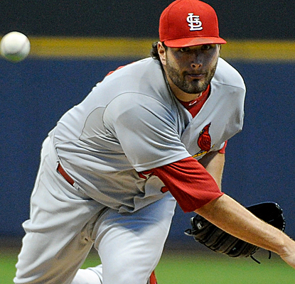 Lance Lynn allows just one run in 6 1/3 innings as the Cardinals maintain their 2-game Central lead.  (USATSI)