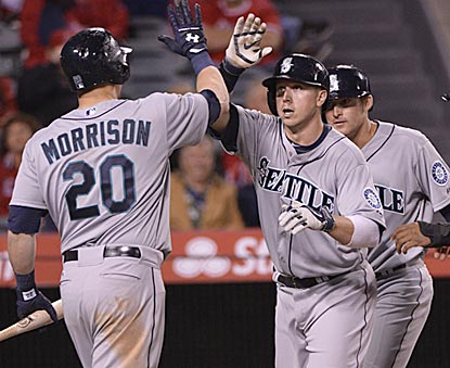 Justin Smoak breaks open the game in the ninth inning with a three-run blast that pushes Seattle's lead to 7-3.  (USATSI)