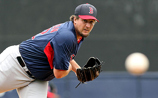 The Rangers are just the lastest team to show interest in free-agent pitcher Joel Hanrahan. (USATSI)