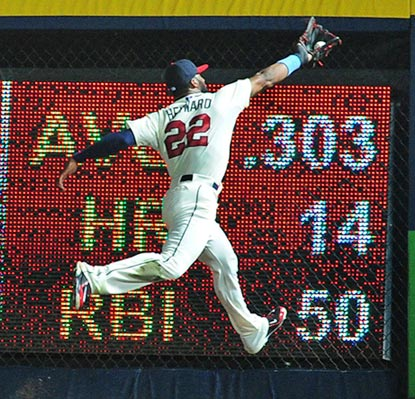 Jason Heyward makes a superb catch of a Mike Trout drive in the sixth. Heyward belts a home run an inning later.  (Getty Images)