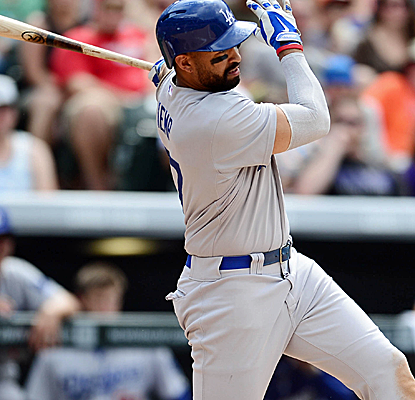 Matt Kemp posts a four-hit day in Colorado as the Dodgers cruise past the Rockies.  (USATSI)