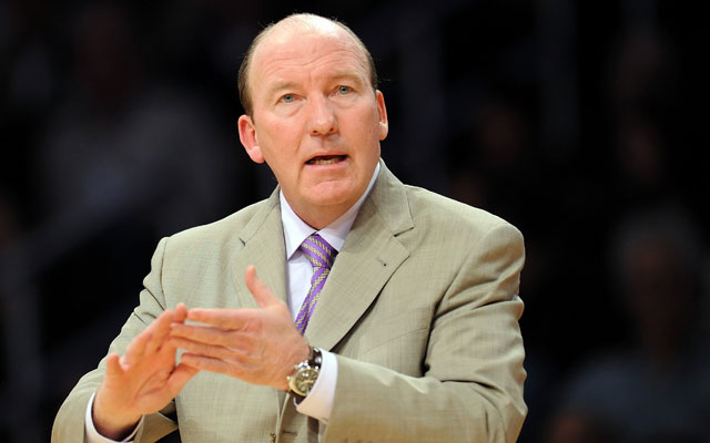 Mike Dunleavy Sr. on the sidelines as coach of the Los Angeles Clippers in 2010. (Getty Images)