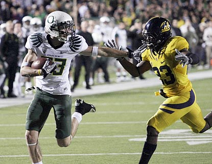 Jeff Maehl's touchdown catch in the third quarter helps Oregon hold off Josh Hill and California.  (AP)