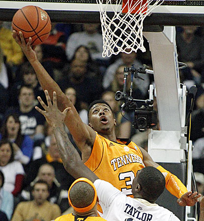 Tennessee's Scotty Hopson (32), scores in front of Pittsburgh's Dante Taylor.  (AP)