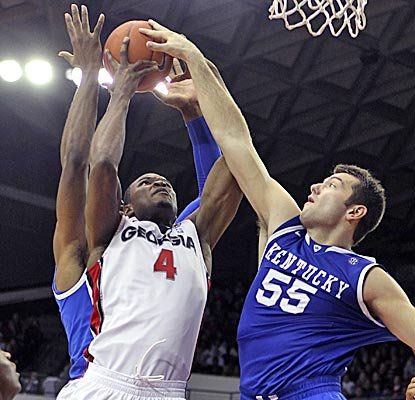 Chris Barnes pulls down a rebound between two Wildcats to help the Bulldogs to their ninth straight win. (AP)