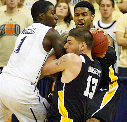 Long Beach State's defense forces No. 9 Pittsburgh into 12 turnovers and 46 percent shooting. (US Presswire)