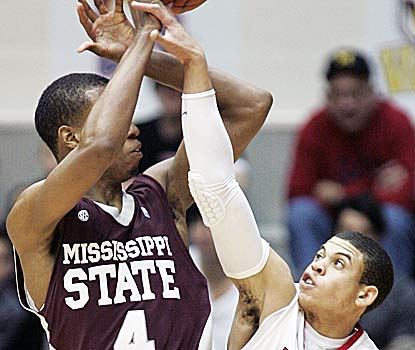 Rodney Hood hits the go-ahead jumper with 17.7 seconds to go for Mississippi State, which wins for the 10th straight time. (AP)