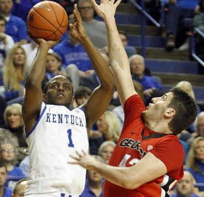 Darius Miller scores 17 points as Kentucky wins its 21st game in a row -- and 52nd straight at home -- in a laugher.  (AP)