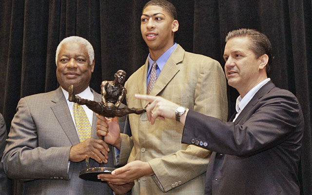 Oscar Robertson and John Calipari present Anthony Davis with the U.S. Basketball Writers award. (AP)