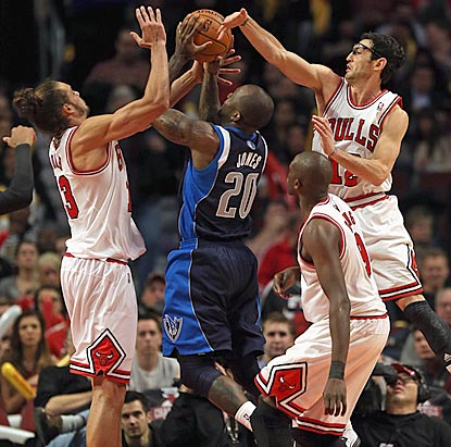 Dallas' Dominique Jones finds himself surrounded by Chicago's Joakim Noah (left), Kirk Hinrich (upper right) and Luol Deng.  (Getty Images)