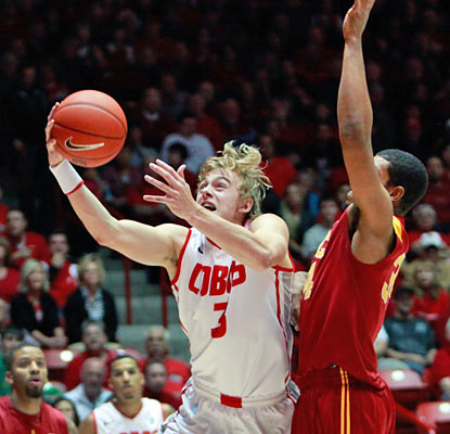 The Lobos' Hugh Greenwood gets it done from beyond the arc, hitting five 3s on his way to a team-best 17 points. (AP)