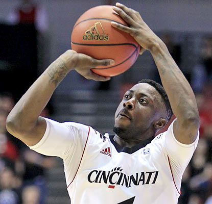 Cincy senior guard Cashmere Wright is near perfect as he shoots 7 of 8 from the field for 20 points.  (AP)